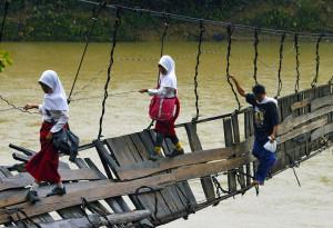 bimbi-che-vanno-a-scuola-nel-mondo-lebak indonesia
